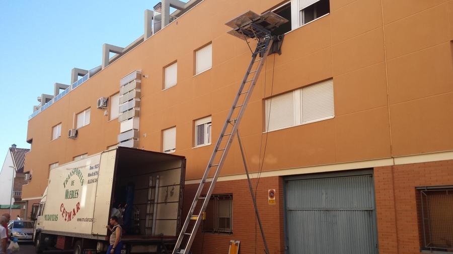 Grua montamuebles sobre fachada