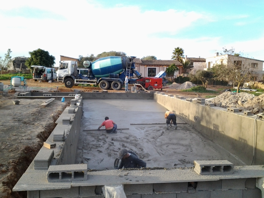 Construcci n de piscina con zona infantil integrada for Construccion de piscinas merida