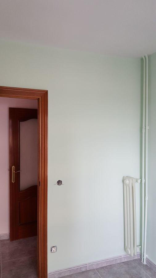 Habitación 2 con radiador lacado en color igual a la pared