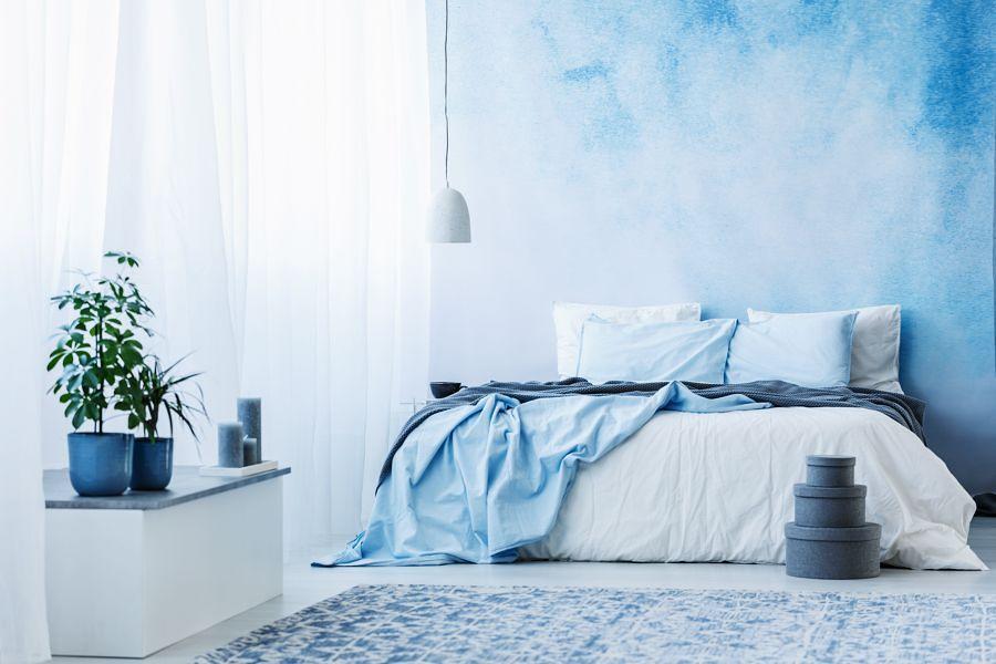Habitación azul con cortinas ligeras