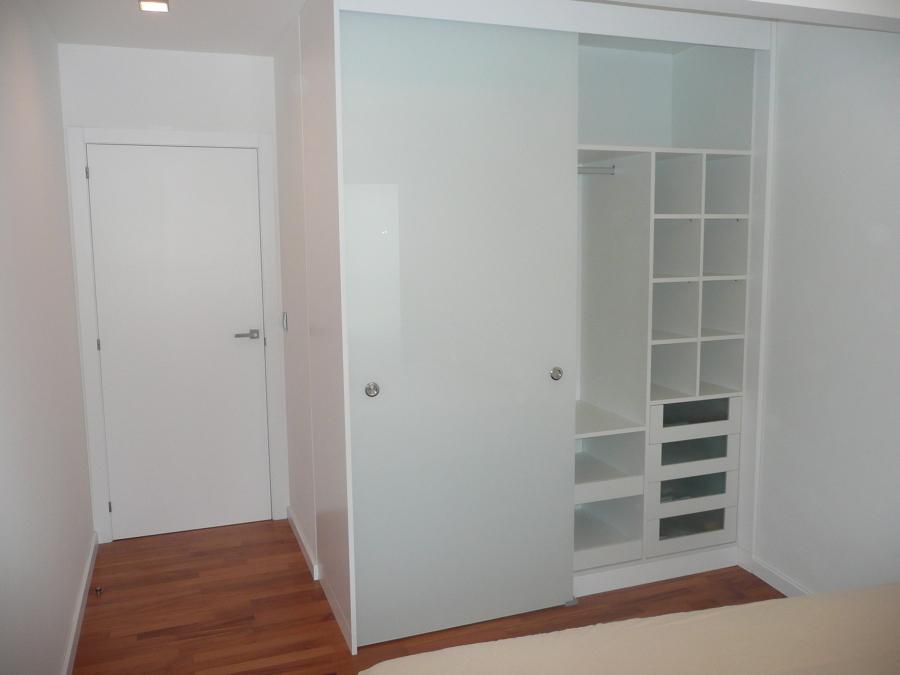 Habitación con puerta y armarios fabricados por Proxecta