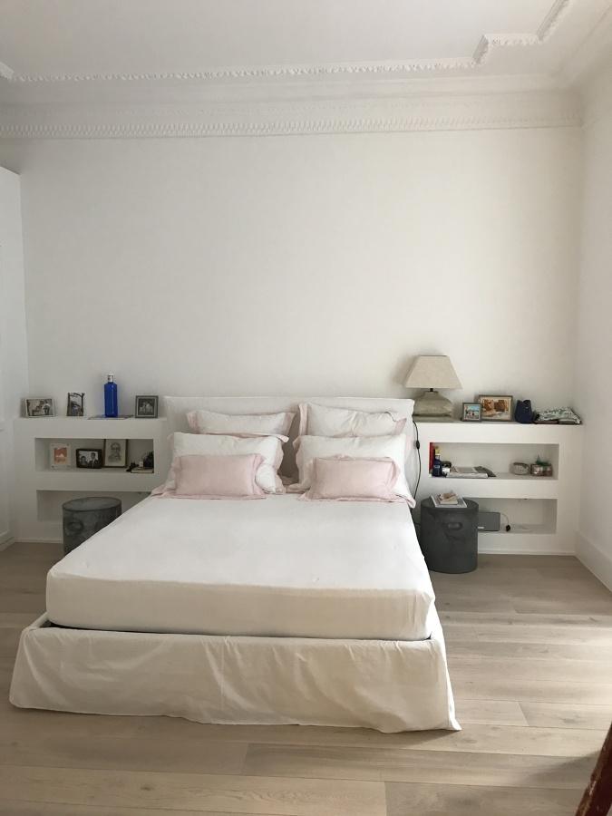 Habitación con suelo de parquet  y cabezal de pladul