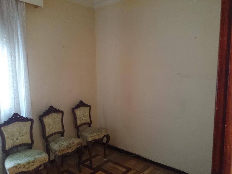 Habitación contigua a cocina. Sillas sin restaurar