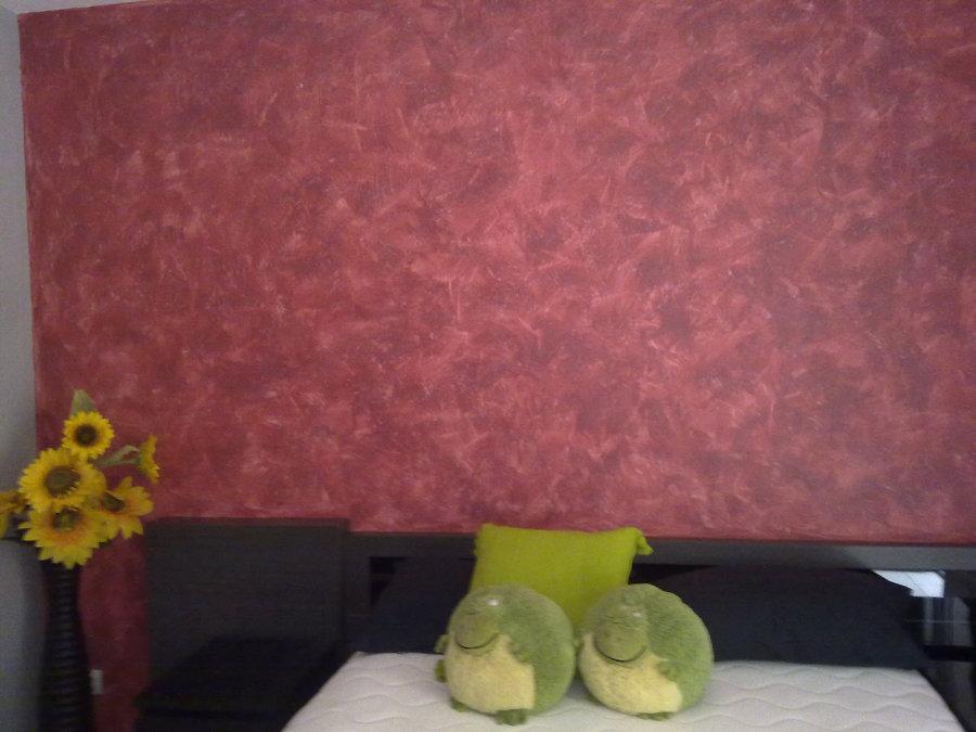 Habitación de matrimonio con pared de cabezal de tierras florentinas en rojo granate y gris