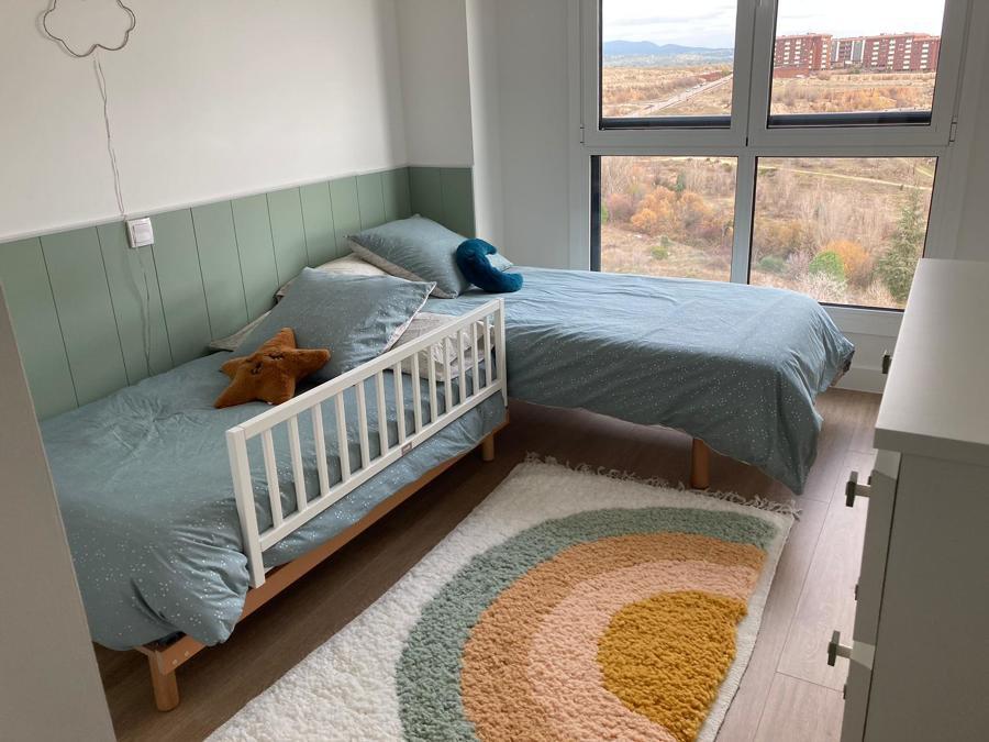 Habitación infantil camas y alfombra