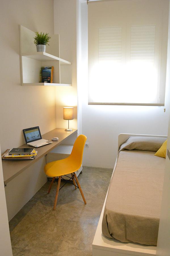 Habitación silla amarilla