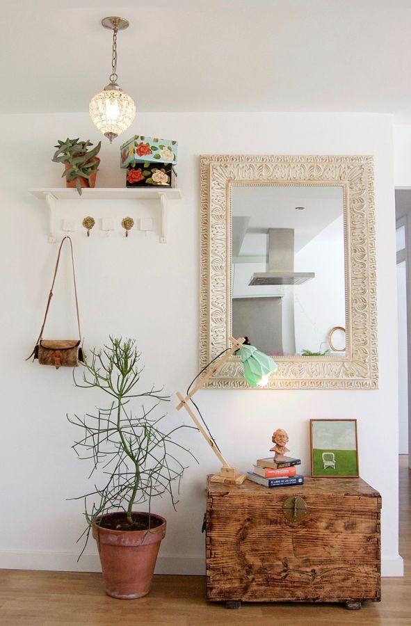 Hall blanco con mueble y espejo