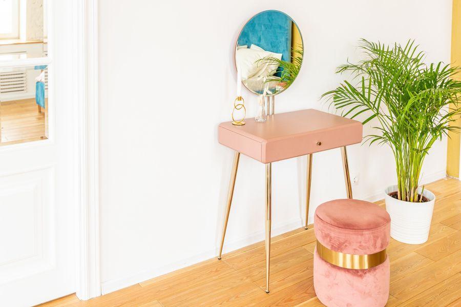 Hall con detalle de escritorio en rosa
