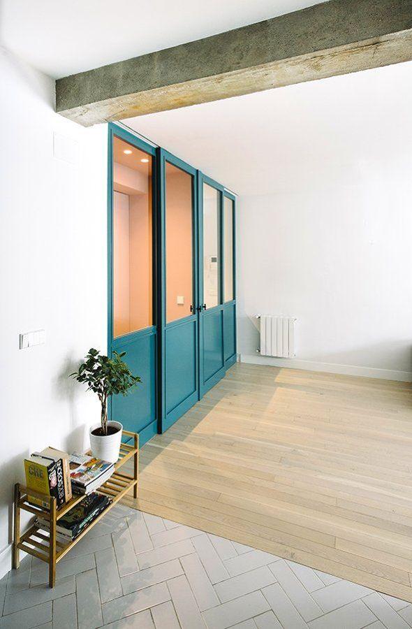 Hall con puerta corredera lacada en azul