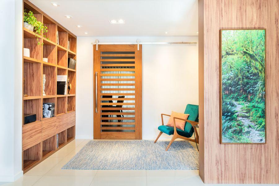 Hall con puerta y mobiliario de madera