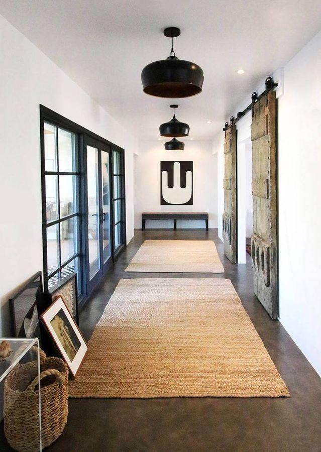 Hall con puertas tipo granero de madera correderas