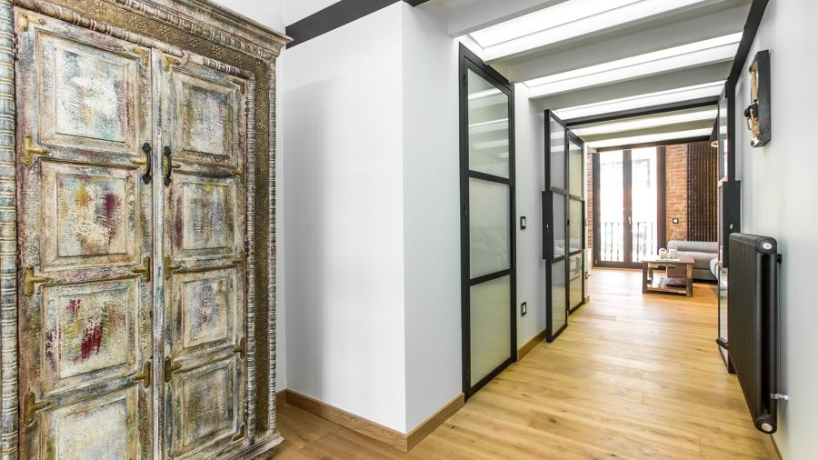 hall de apartamento moderno con muebles restaurados