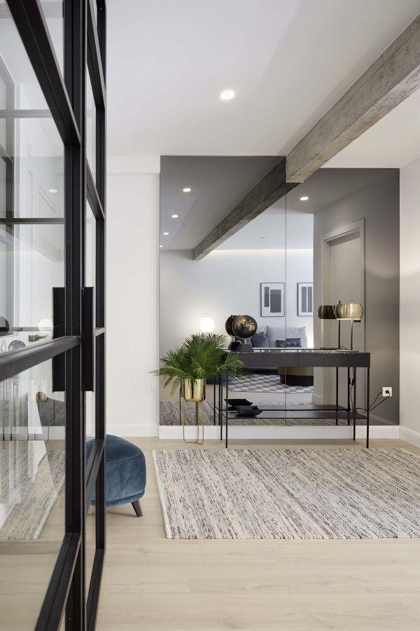 Hall moderno con espejo