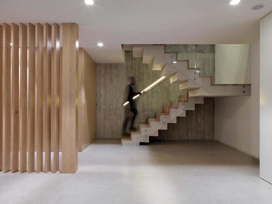 Escalera y celosía de madera