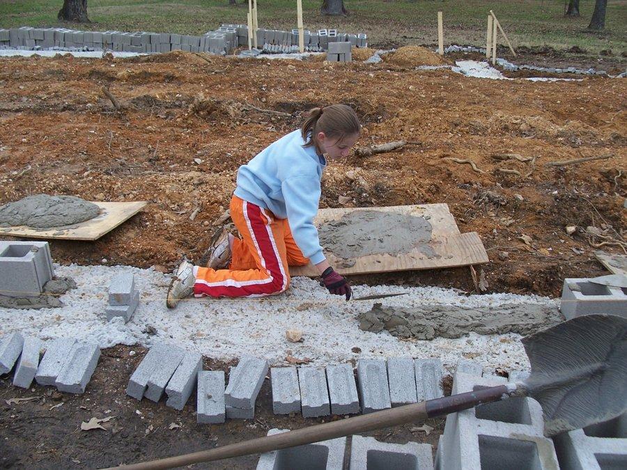 hija ayudando a construir