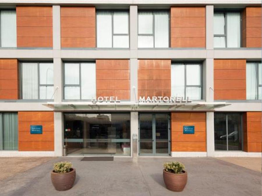 Hotel martorell ideas arquitectos for Piscina martorell