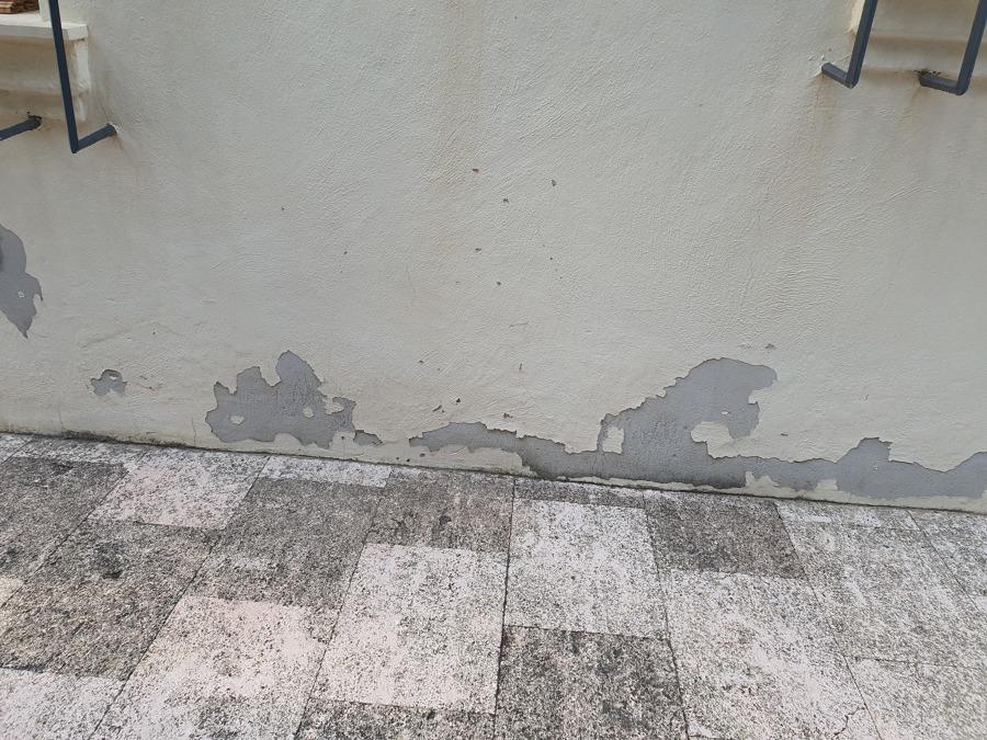 Humedad en parte inferior de la fachada