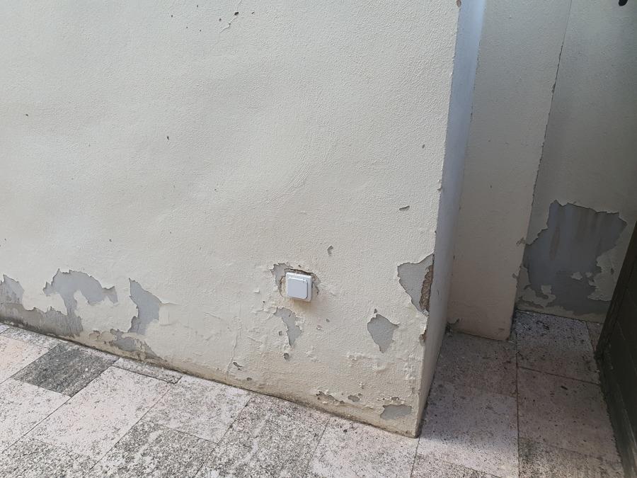 Humedades en todo el perimetro de la fachada