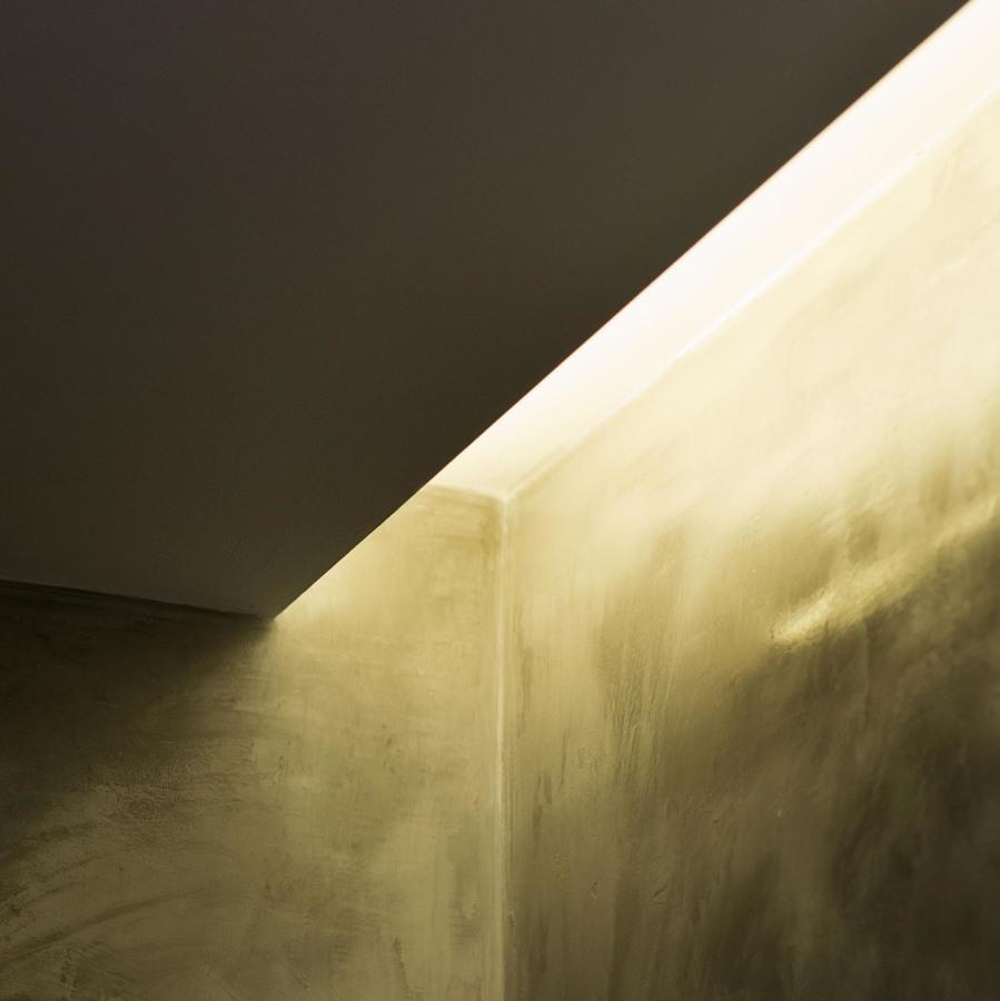 Iluminación indirecta en baño