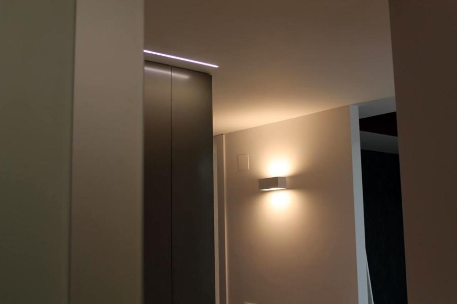 Iluminación indirecta en pasillo