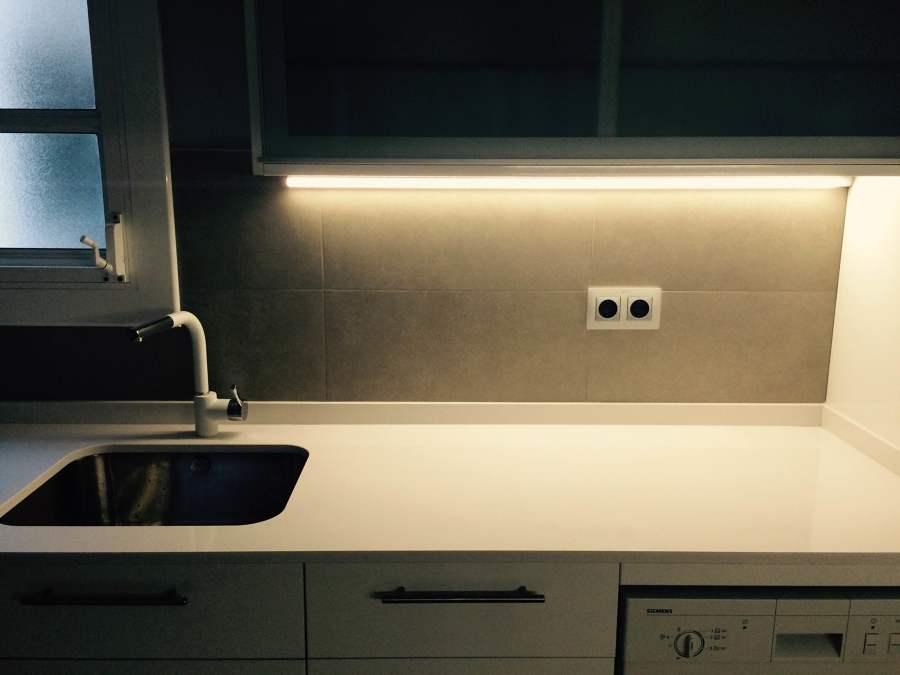 iluminación led bajo muebles altos