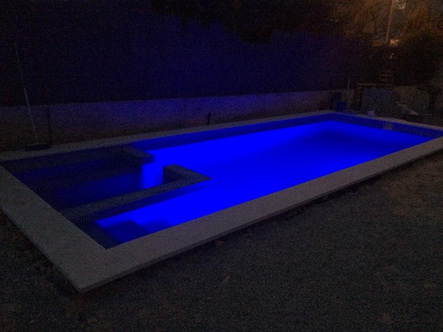 iluminación RGB de colores en piscina