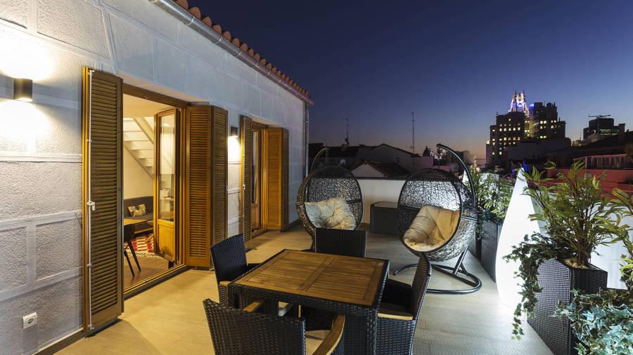 Iluminación terrazas con plafones y luz ambiental