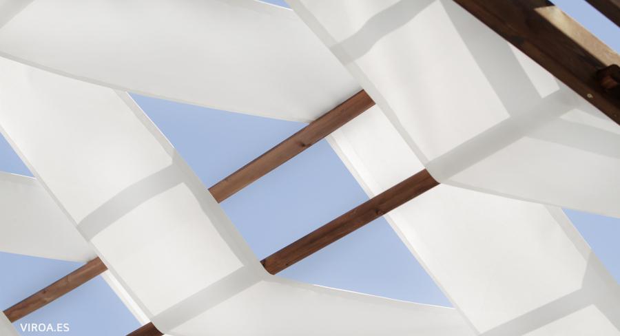 Detalle de la pérgola, proyectada con lonas micro perforadas.