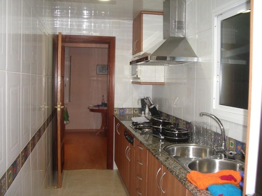 C mo decorar cocinas estrechas ideas mantenimiento - Cocinas estrechas ...