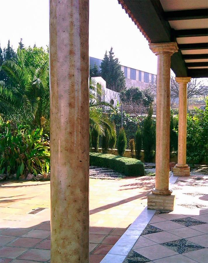 Imitación de marmol en columnas de hormigón