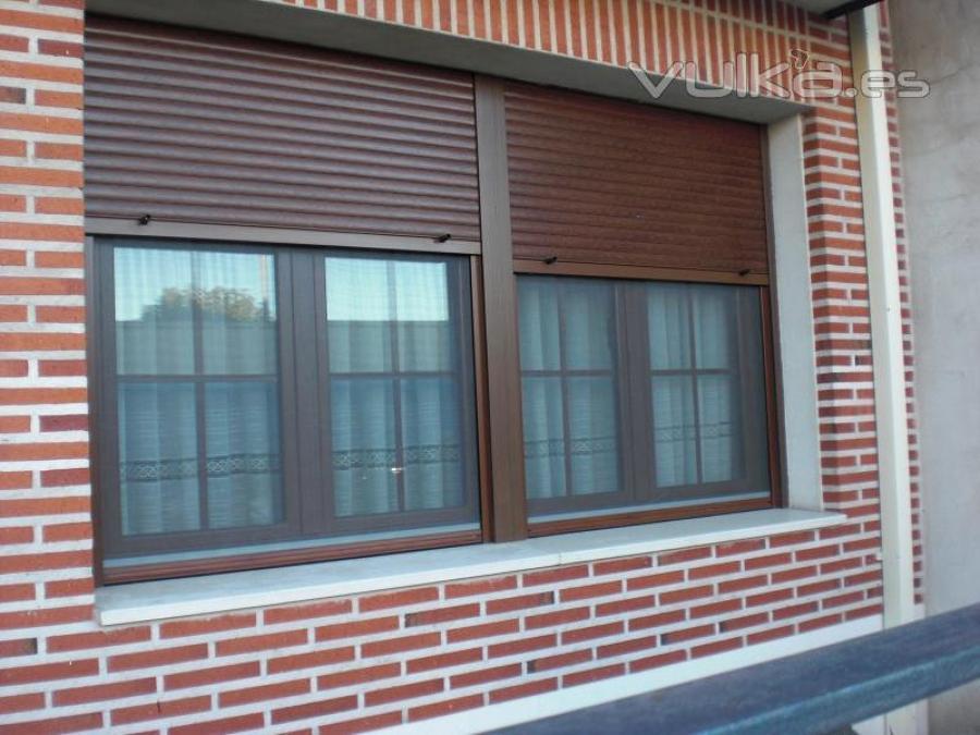 Foto imitacion madera oscura de la herreria del molino for Ventanales de aluminio imitacion madera