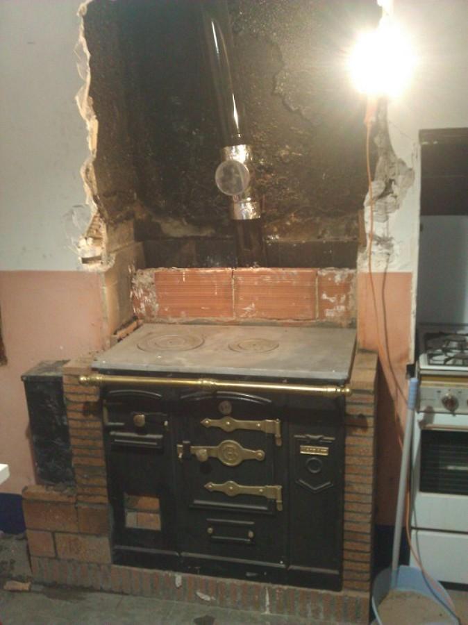 Reforma de cocina r stica con instalaci n de cocina de - Como hacer una cocina de lena ...