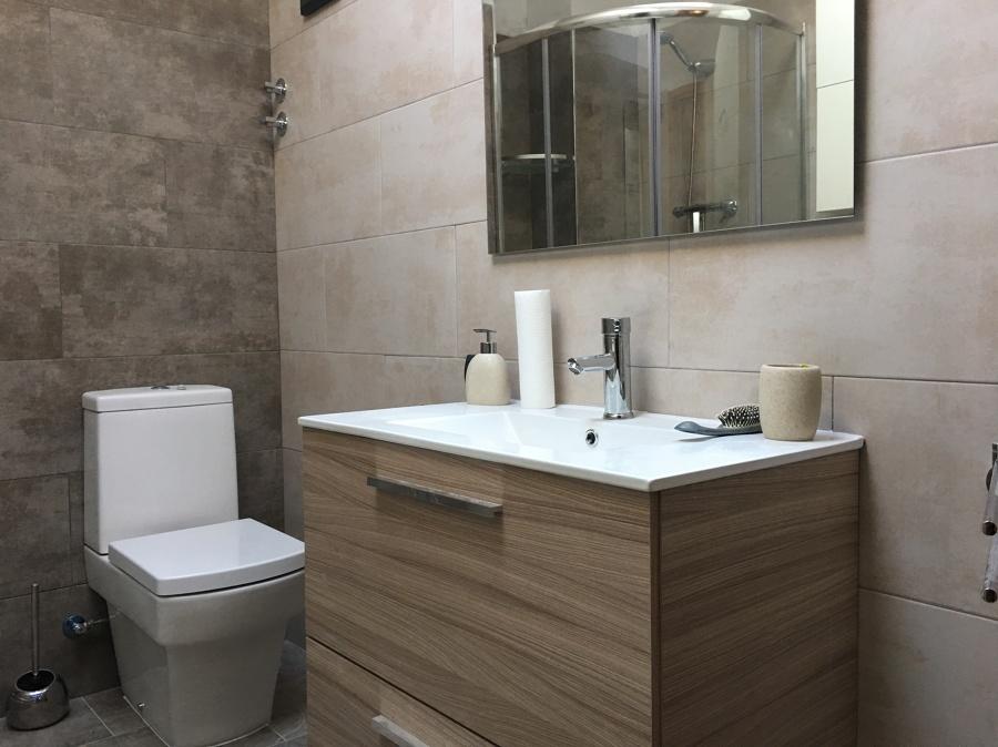 Inodoro, lavabo y espejo