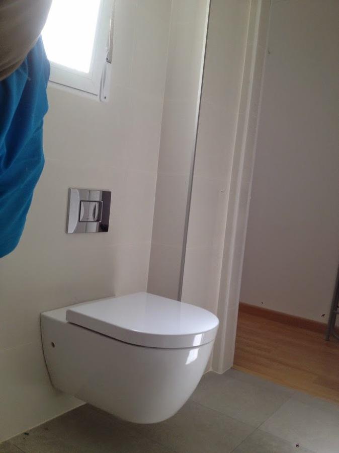 Foto inodoro suspendido con cisterna empotrada de d d for Inodoro suspendido