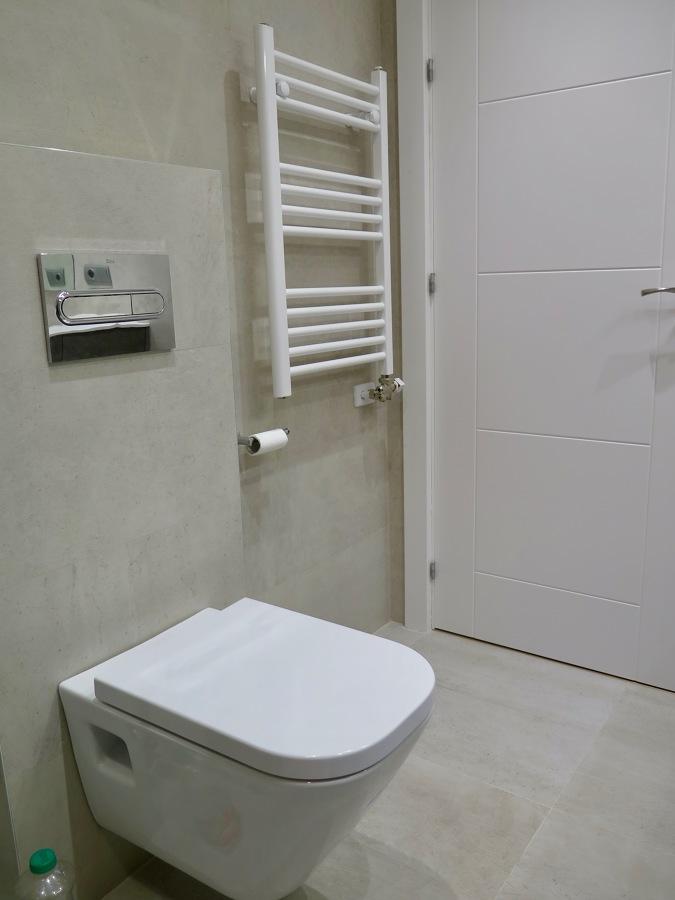 Inodoro suspendido y radiador toallero.