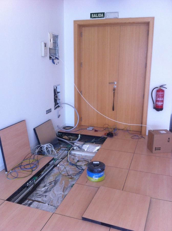 Instalación bajo suelo técnico de las líneas eléctricas