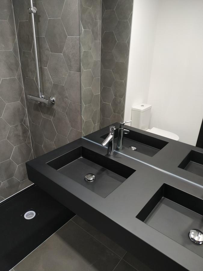 Instalación de 140 encimeras de lavabos.