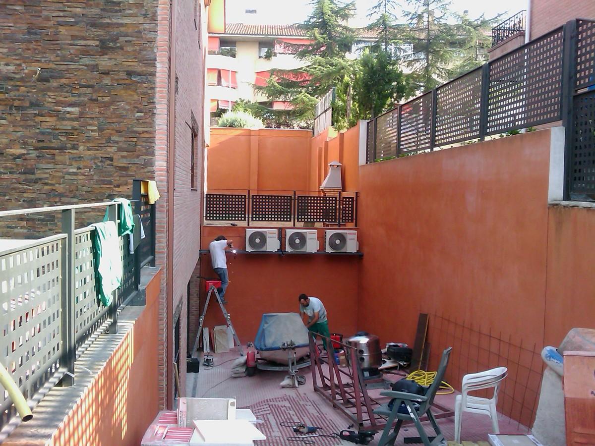 Foto instalacion de aire acondicionado en bancada de for Instalacion aire acondicionado sevilla