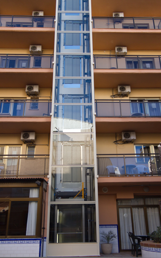 Instalación de ascensor en fachada.