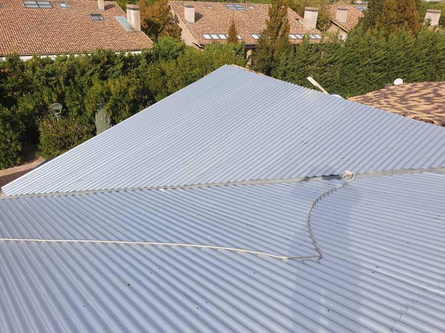 Instalación de chepas como protección bajo teja