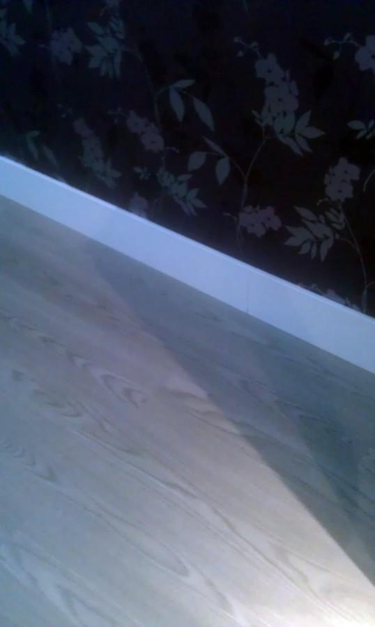 Instalación de de suelo tarima flotante con rodapie