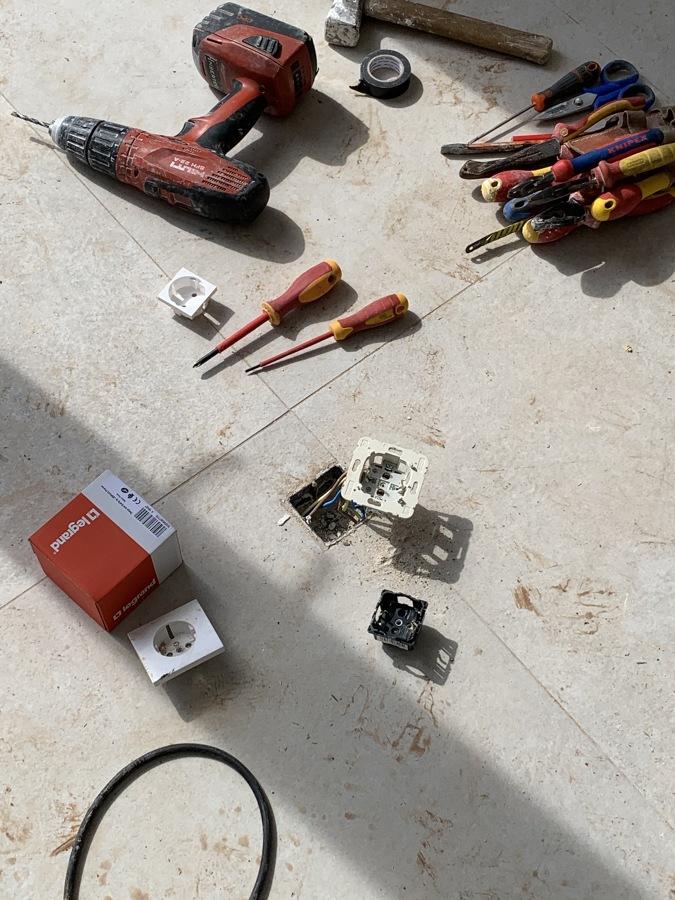 Instalación de enchufes empotrados en el suelo