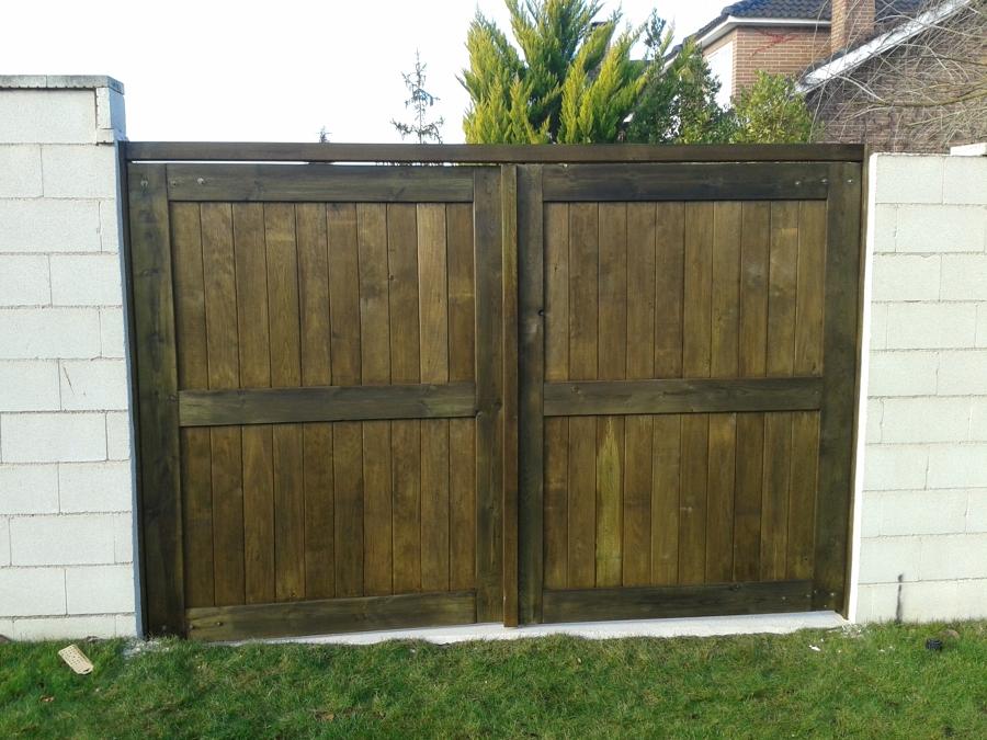 Casa residencial familiar instalacion de puerta jardin - Puertas de madera para jardin ...