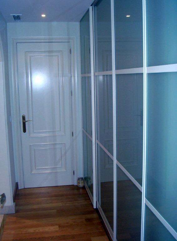 Foto instalacion de puertas lacadas de a c orope s a for Instalacion de puertas