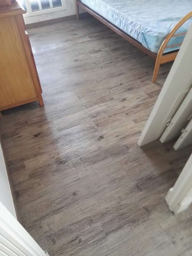 Instalaci n de suelo de vinilo imitaci n madera ideas reformas viviendas - Vinilo madera ...