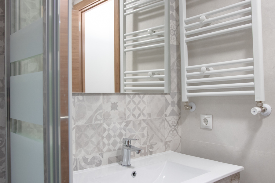 Instalación de toallero en baño