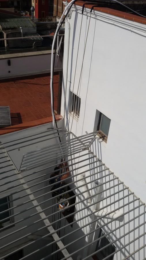Instalación de tubos para aire acondicionado en patio de luces a través de trabajos verticales.