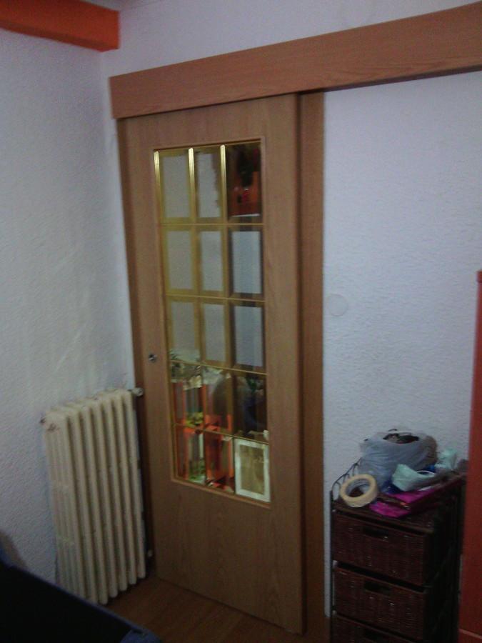Cambia el suelo y las puertas de tu casa ideas carpinteros - Instalacion puerta corredera ...