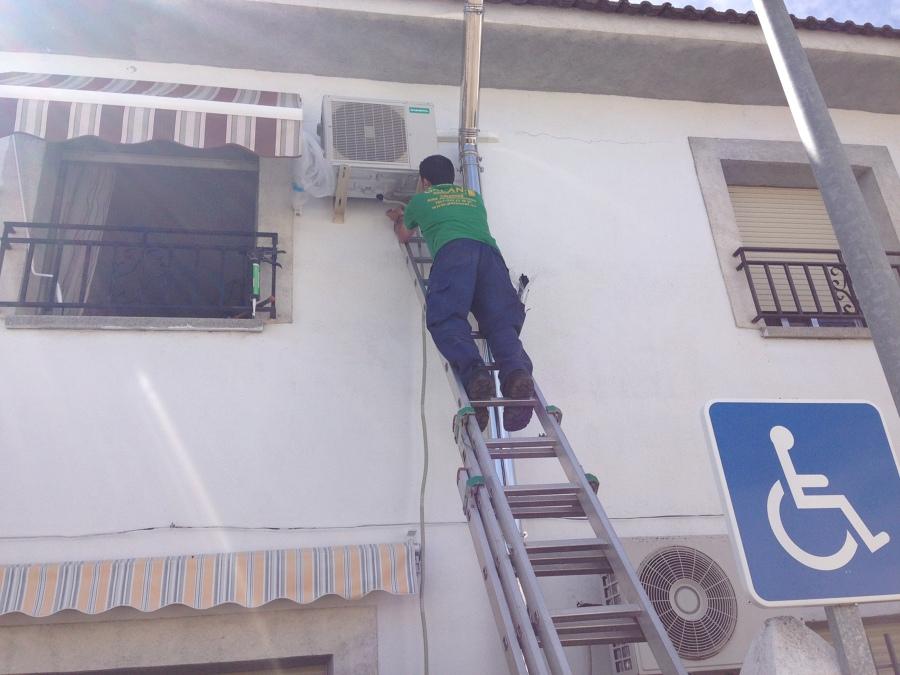 Foto instalacion unidad exterior de aire acondicionado de for Instalacion aire acondicionado sevilla