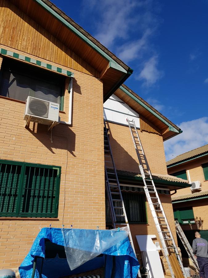 Instalando aislamiento térmico para fachada